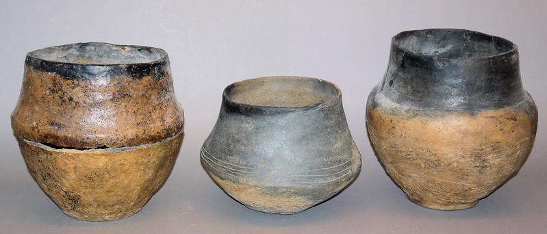 Drei Urnen, Lausitzer Kultur, 9.-5. Jh. v. Chr., mit Rechnung